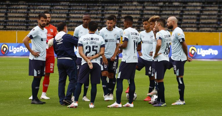 Los jugadores de Universidad Católica conversan en el medio campo, el viernes 19 de febrero de 2021.