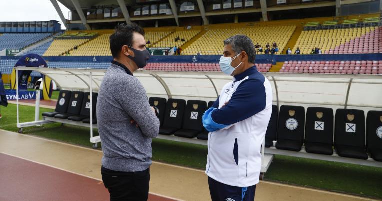 Los entrenadores Santiago Escobar y Pablo Trobianni conversan en el estadio Atahualpa, el viernes 19 de febrero de 2021.