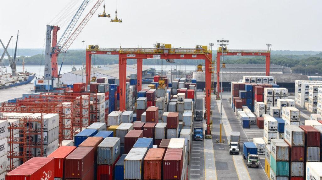 Balanza comercial cierra con superávit por caída de las importaciones