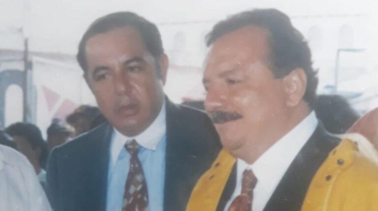 Imagen de un recorrido de campaña de Álvaro Noboa en Ambato, en 1998.