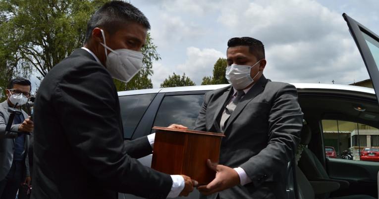Andrés Chocho recibe las cenizas de su padre antes de ingresar al Coliseo de Cuenca.