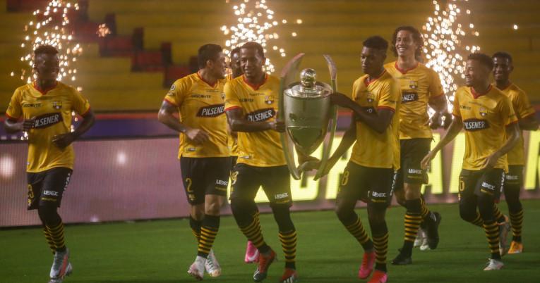 Los futbolistas de Barcelona dan la vuelta olímpica con el trofeo de la LigaPro, el 14 de febrero de 2021 en la Noche Amarilla.