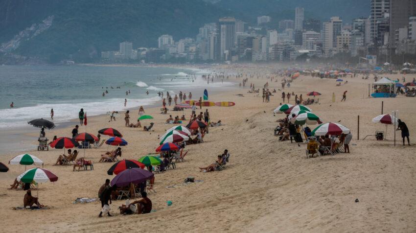 La playa de Ipanema en Río de Janeiro luce con poca gente, el 13 de febrero de 2021, debido a la pandemia del Covid-19.