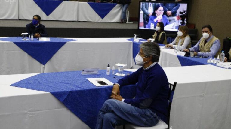 Los candidatos Yaku Pérez y Guillermo Lasso durante su reunión en el Consejo Nacional Electoral (CNE)