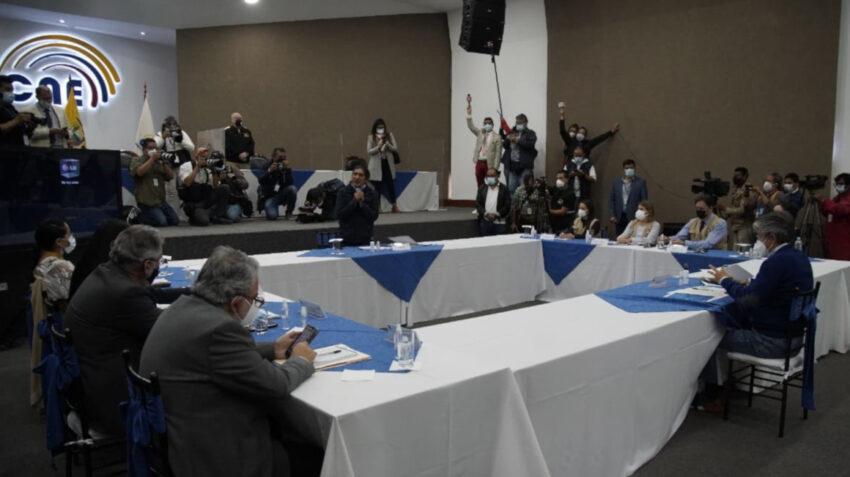 Los candidatos Yaku Pérez y Guillermo Lasso durante su reunión en el Consejo Nacional Electoral (CNE), el 12 de febrero de 2021.
