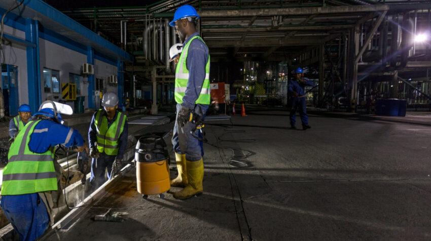 Personal de Petroecuador trabaja en el mantenimiento de la Refinería de Esmeraldas, en octubre de 2015.