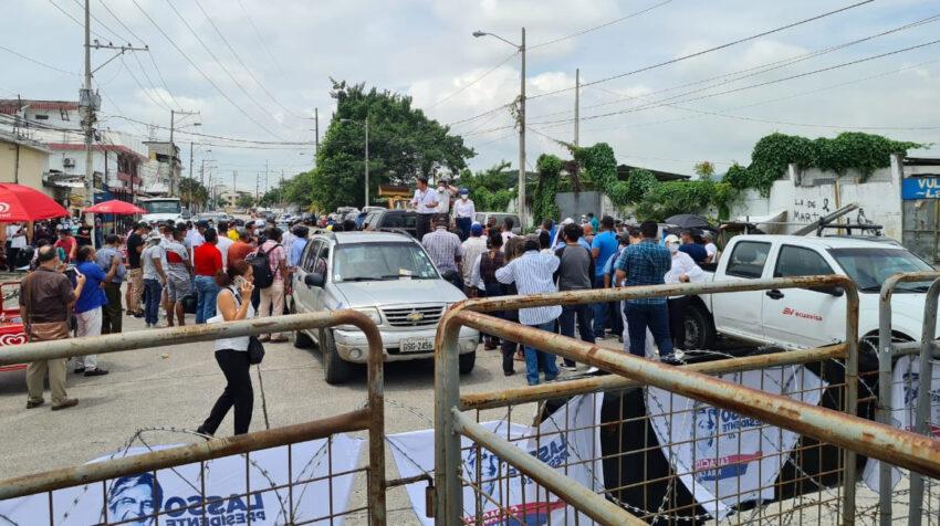 Simpatizantes del movimiento CREO piden vigilar el conteo de votos afuera de la delegación del CNE en Guayas, el 10 de febrero de 2021.