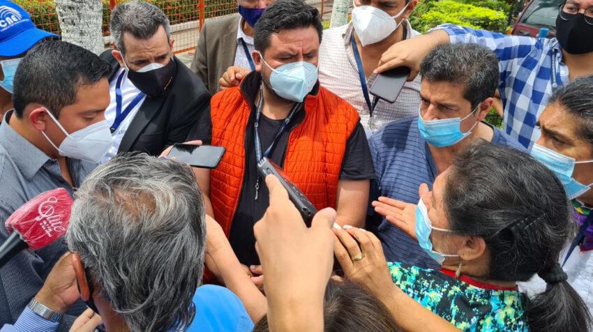 El presidente de la delegación del CNE en Guayas, John Gamboa, en un careo con el candidato presidencial de Pachakutik, Yaku Pérez, el 10 de febrero de 2021.