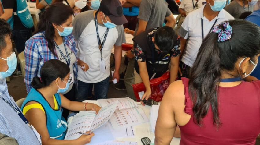 Los delegados del CNE del Guayas realizan el conteo de votos en Guayaquil, el 10 de febrero de 2021.