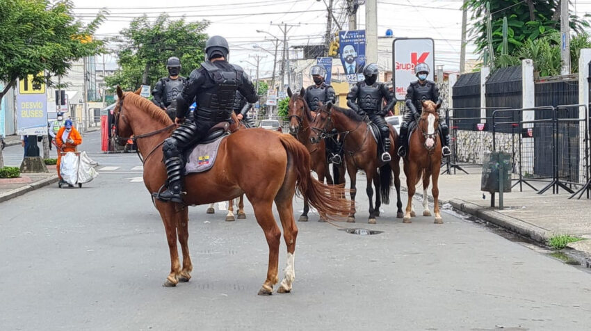 Un contingente policial vigiló a caballo las inmediaciones de la delegación del CNE del Guayas, el 10 de febrero de 2021.
