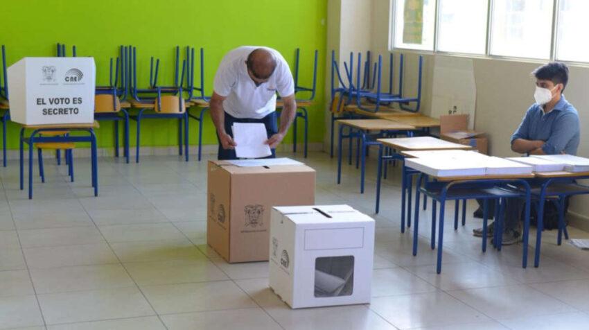Elecciones generales 2021. Escuela Ileana Espinel Cedeño, en Guayaquil, 7 de febrero de 2021.