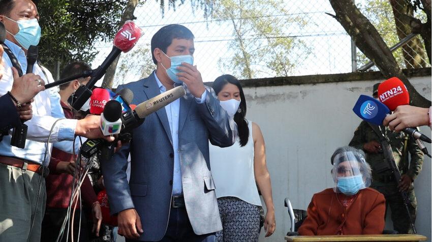 El presidenciable correísta, Andrés Arauz, junto a su abuela Flor Cervina, el 7 de febrero de 2021.