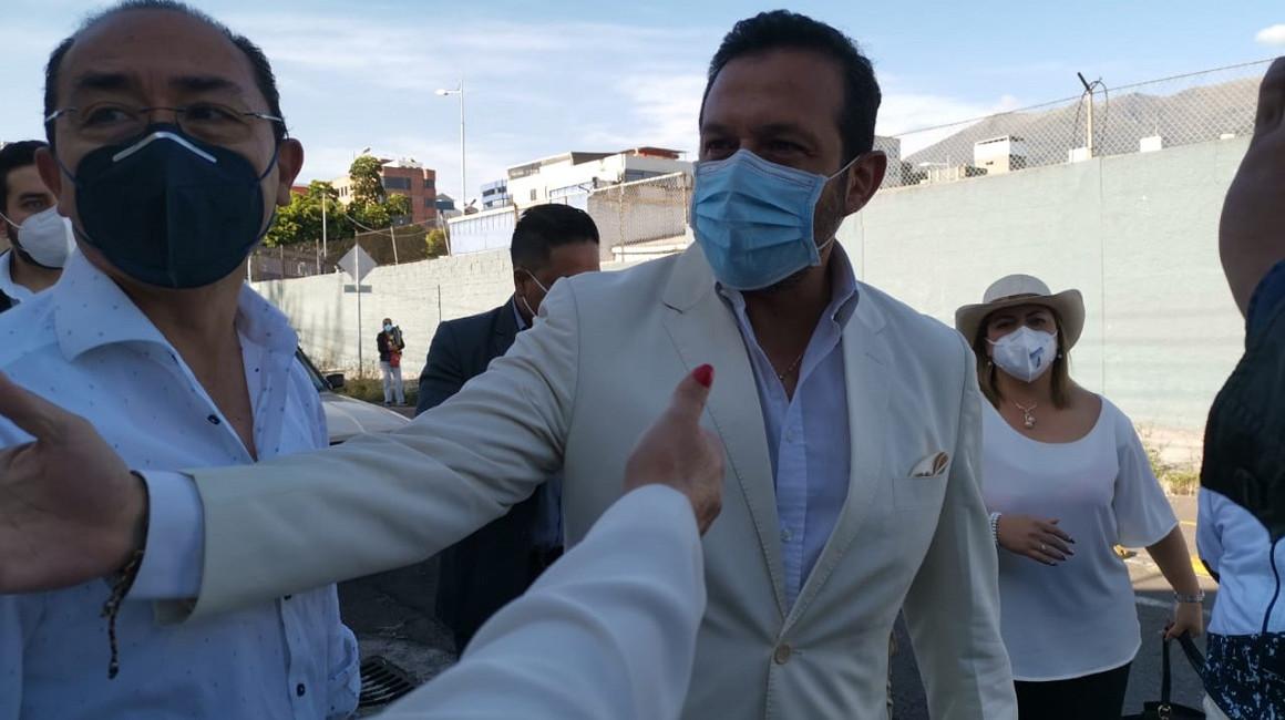 El candidato de movimiento Ecuatoriano Unido, Gerson Almeida, antes de votar, el 7 de febrero de 2021.