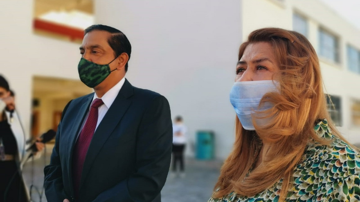 El candidato a la Presidencia, Lucio Gutiérrez, junto a su esposa Ximena Bohórquez, el 7 de febrero de 2021.