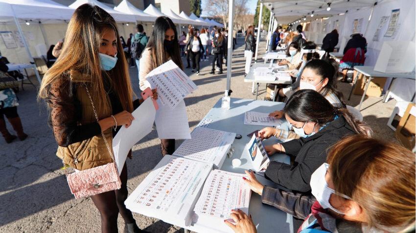 Residentes ecuatorianos que votan en Murcia, España, el 7 de febrero de 2021.