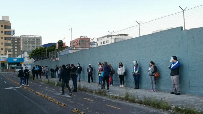 Ciudadanos esperando por ingresar a un recinto electoral en Quito, el 7 de febrero de 2021.