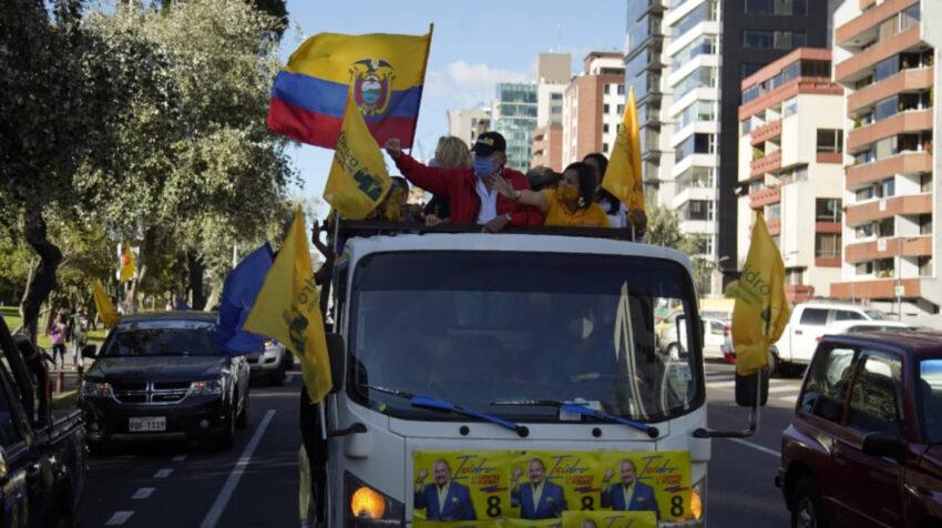 El candidato Isidro Romero durante su cierre de campaña en Quito el 3 de febrero de 2021.