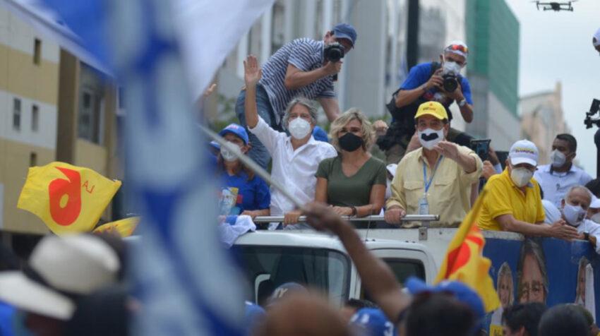 El candidato Guillermo Lasso acompañado de Cynthia Viteri y Jaime Nebot durante su cierre de campaña en Guayaquil el 4 de ferbrero de 2021.