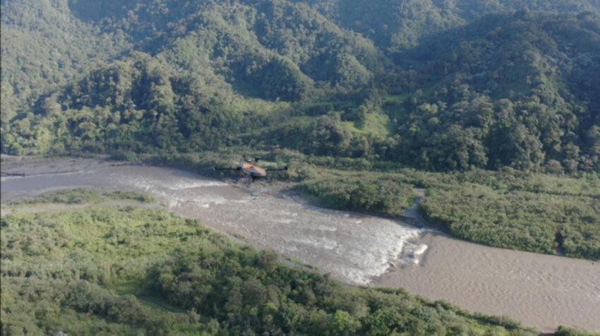 Un dron de Celec monitorea el fenómeno natural de erosión regresiva en las márgenes del río Coca, el 3 de febrero de 2021.