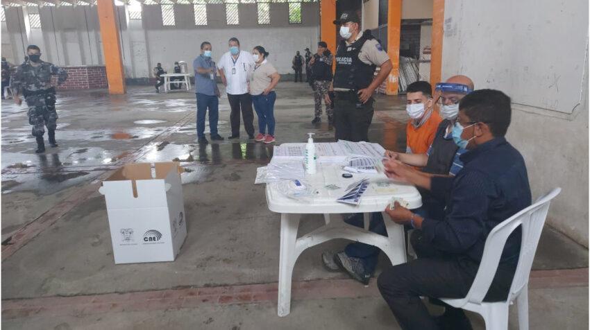 Delegados del Consejo Nacional Electoral coordinaron el voto de los presos en la Penitenciaría de Guayaquil, el 4 de enero de 2021.