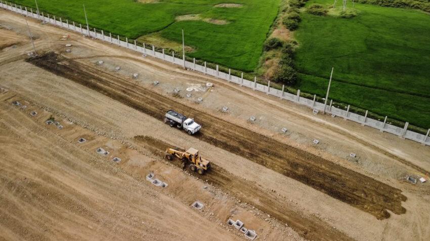 Camiones en una obra de bodegas corporativas en la Vía a Samborondón, en 2020.