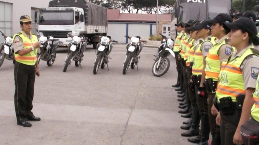 Tannya Varela (izq.) durante una formación con una patrulla policial, en Guayaquil, en 2014.