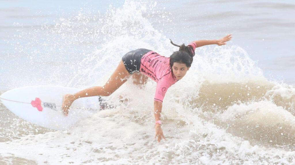 Surfista salvadoreña muere al ser alcanzada por un rayo en la playa