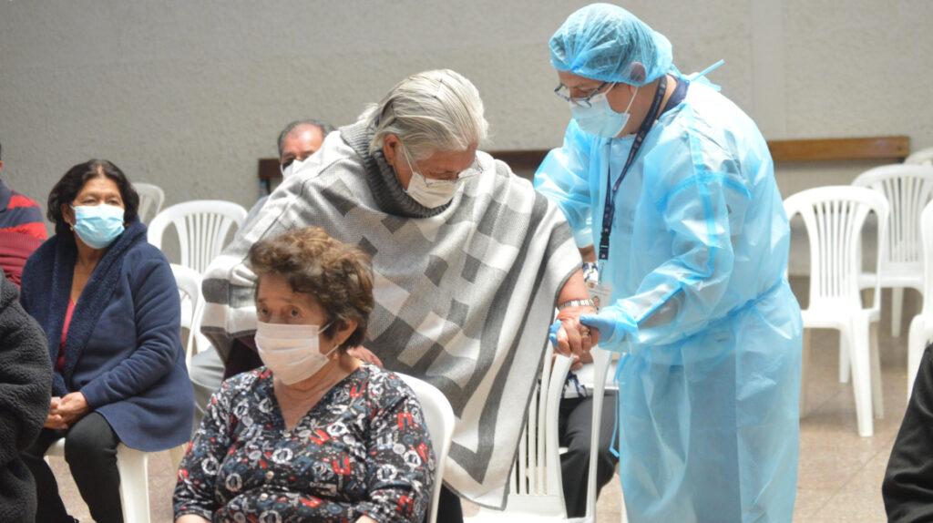 Vacunas: Adultos mayores denuncian largas filas y falta de información