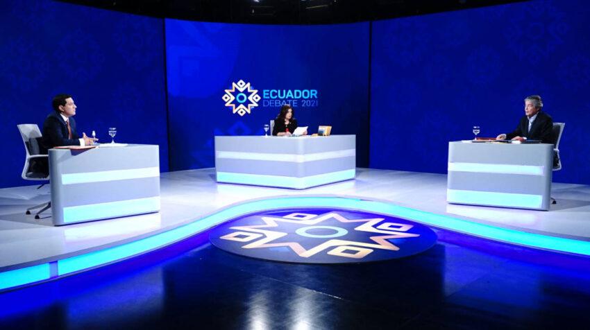 Andrés Arauz, del correísmo; la moderadora Claudia Arteaga, y Guillermo Lasso, de Creo durante el debate presidencial, 21 de marzo de 2021.