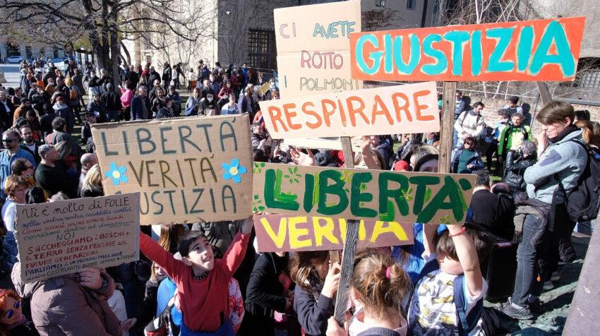 Decenas de personas protestaron en Turín y otras ciudades de Italia en contra del distanciamiento social y uso de mascarillas, el 21 de marzo de 2021.
