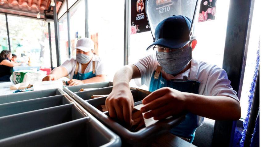 Diego, un trabajador con síndrome de Down, labora en la cafetería