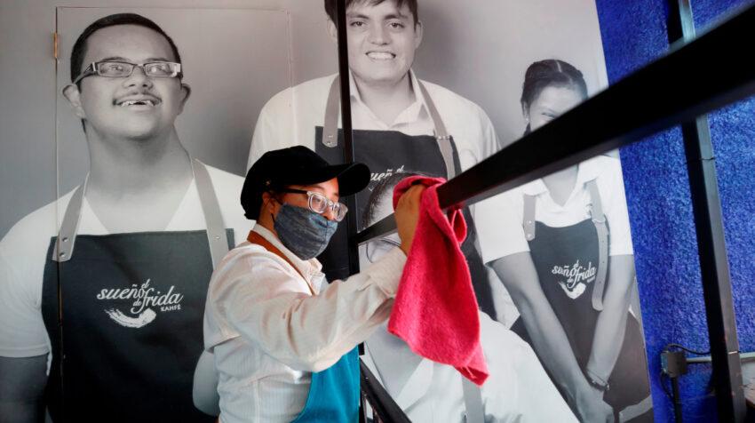 Fanny de Dios Ruiz, una trabajadora con síndrome de Down, labora en la cafetería