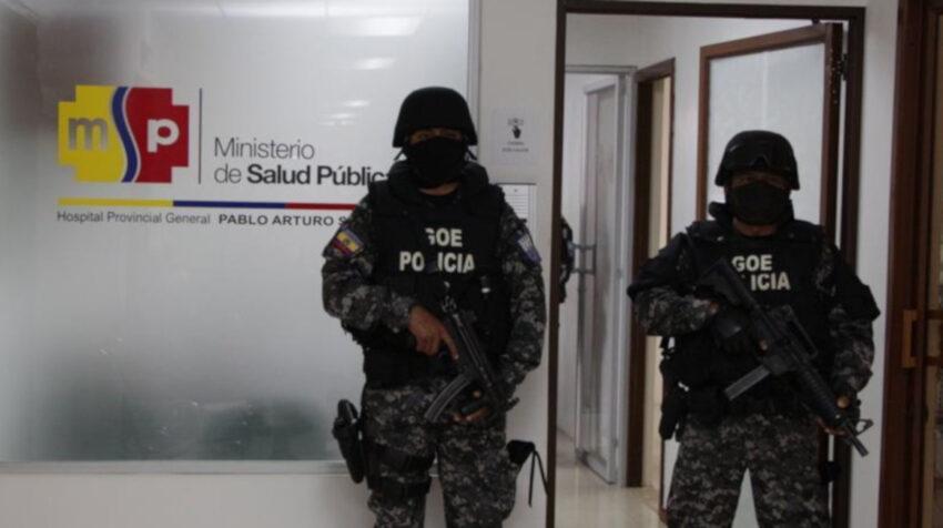 Equipos de la Policía y de la Fiscalía acudieron al Hospital Pablo Arturo Suárez, en Quito, para recabar información sobre la lista de vacunados, el 17 de marzo de 2021.