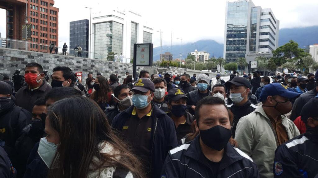 Más atrasos, la salida ante la falta crónica de dinero en Ecuador