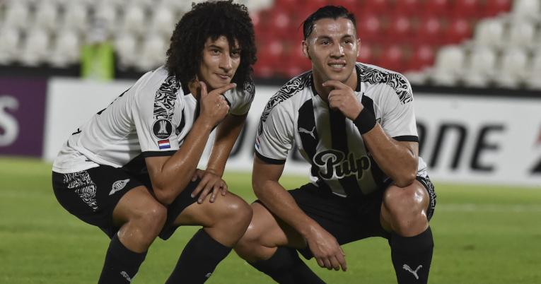 Los futbolistas de Libertad celebran uno de los goles ante Universidad Católica, el 17 de marzo de 2021.