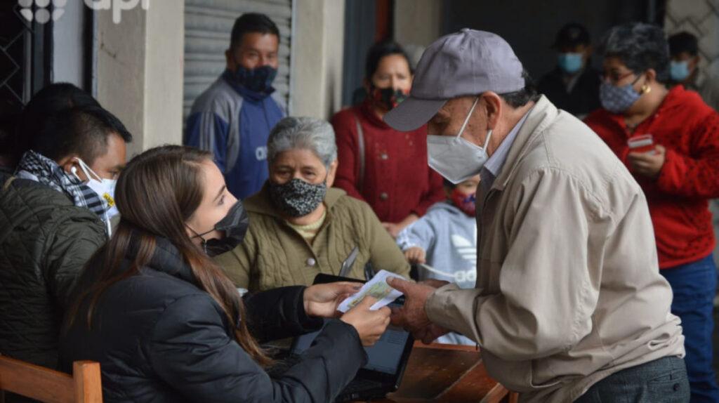 Gobierno dice que registró más de 200.000 adultos mayores para vacuna