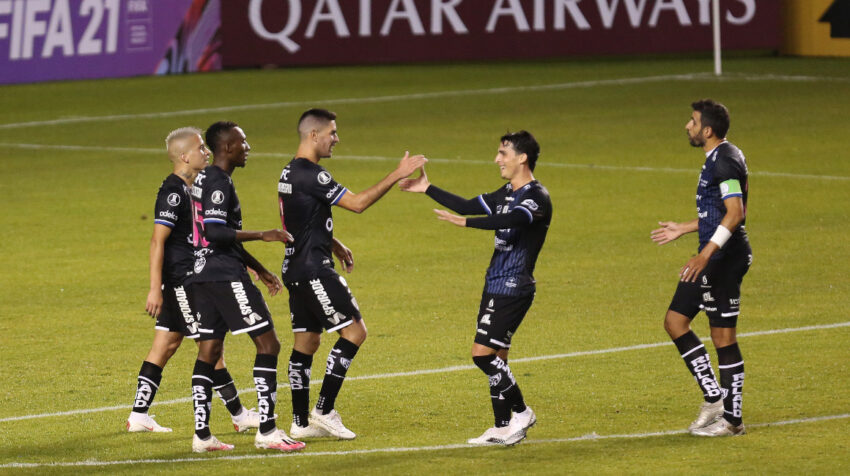 Los jugadores de Independiente festejan uno de los goles ante Unión Española, el 16 de marzo de 2021, en Quito.