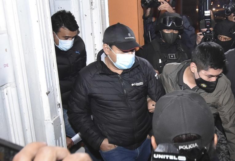 El exministro interino de Justicia Álvaro Coímbra (c), y el exministro de Energía Álvaro Guzmán (i), salen el viernes del Instituto De Investigaciones Forenses (IDIF) en La Paz (Bolivia). La Justicia boliviana detuvo este 12 de marzo a dos exministros interinos.