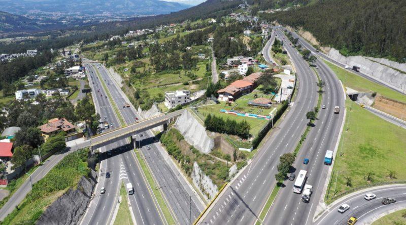 Fotografía panorámica del intercambiador de la Ruta Viva (izq,) y la avenida Simón Bolívar (der), en Quito, en diciembre de 2020.
