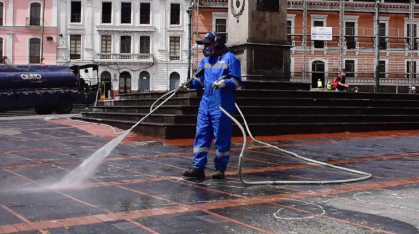 Un trabajador de Emaseo limpia la Plaza de Santo Domingo, uno de los 'puntos húmedos' de Quito, el 18 de febrero de 2021.