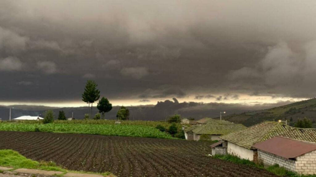 Nueva erupción del Sangay oscurece el cielo en provincia de Chimborazo