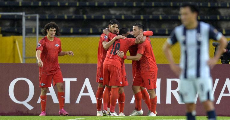 Los futbolistas de Libertad se abrazan después del gol ante Católica, el miércoles 10 de marzo de 2021.