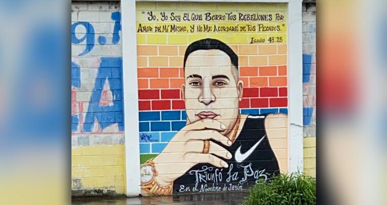 Mural con el rostro de alias
