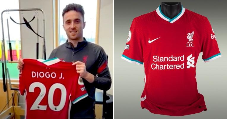 Diogo Jota, jugador portugués del Liverpool FC, entrega una camiseta firmada.