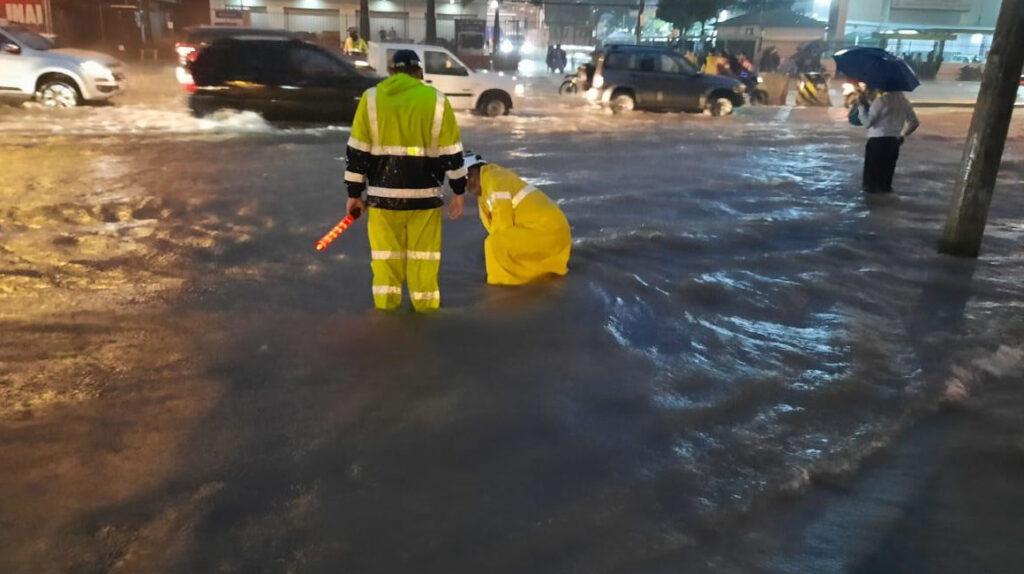 Guayaquil se inunda por las mareas altas y la falta de drenaje