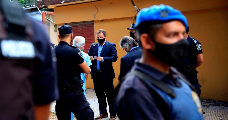 Un médico parte del equipo de peritos que investiga la muerte de Maradona llega a la sede de la Superintendencia de Policía Científica.