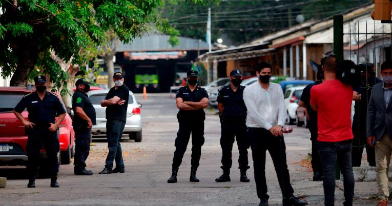 Policías custodian la sede de la Superintendencia de Policía Científica donde se prevé la reunión de la junta médica de peritos oficiales.