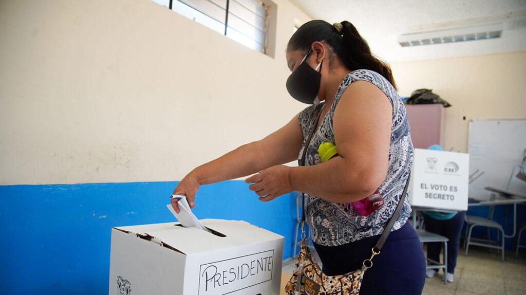 El voto de Arauz es masculino, y el de Lasso, Hervas y Pérez, femenino