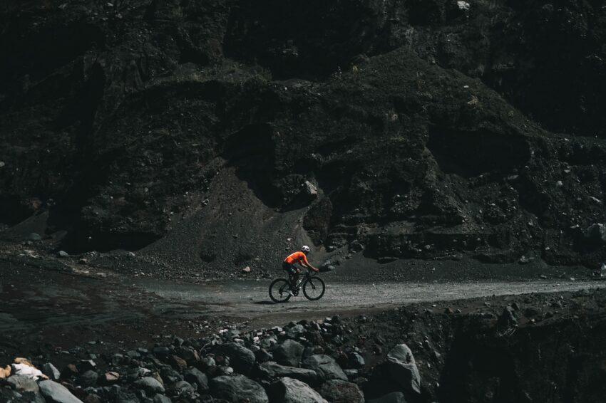 Richard Carapaz recorriendo las rutas del Ecuador en sus entrenamientos en 2021.