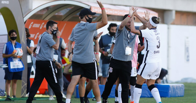 El cuerpo técnico de Corinthians celebra en el partido ante El Nacional, el viernes 5 de marzo de 2021.